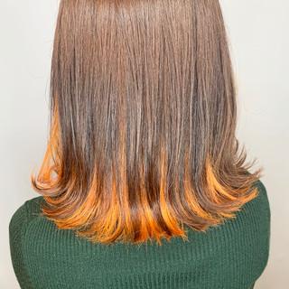 オレンジカラー インナーカラー ミディアム インナーカラーオレンジ ヘアスタイルや髪型の写真・画像