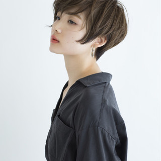 ミルクティー ナチュラル フリンジバング ショート ヘアスタイルや髪型の写真・画像