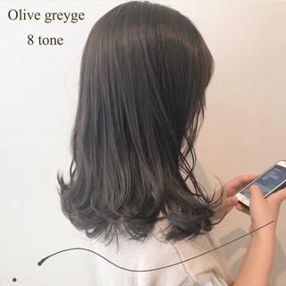 ナチュラル オリーブアッシュ オリーブグレージュ セミロング ヘアスタイルや髪型の写真・画像