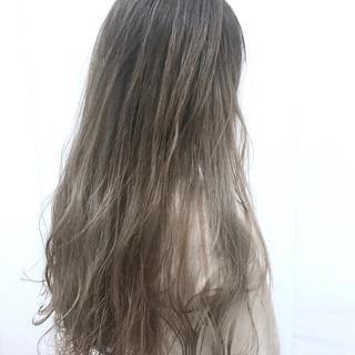 アッシュベージュ ロング フェミニン ベージュ ヘアスタイルや髪型の写真・画像