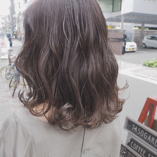 外国人風 リラックス ミディアム グレージュ ヘアスタイルや髪型の写真・画像