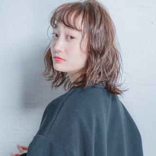 ミディアム デート 大人かわいい 波ウェーブ ヘアスタイルや髪型の写真・画像