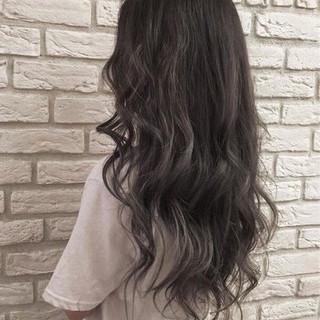 グレー 外国人風 ロング ストリート ヘアスタイルや髪型の写真・画像