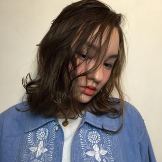 ミディアム ナチュラル ラフ ウェーブ ヘアスタイルや髪型の写真・画像