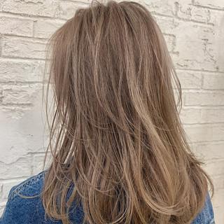 アッシュベージュ ベージュ ヌーディベージュ フェミニン ヘアスタイルや髪型の写真・画像