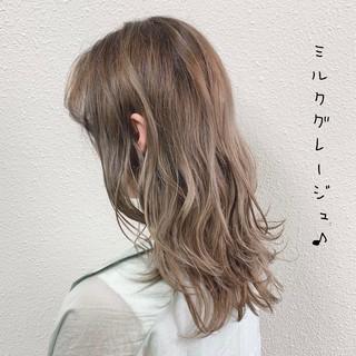 ミルクティー フェミニン グレージュ ブリーチ ヘアスタイルや髪型の写真・画像
