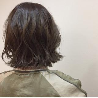 アンニュイ ミディアム ウェーブ アッシュ ヘアスタイルや髪型の写真・画像