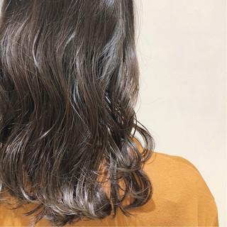 グラデーションカラー カーキアッシュ グレー ミディアム ヘアスタイルや髪型の写真・画像