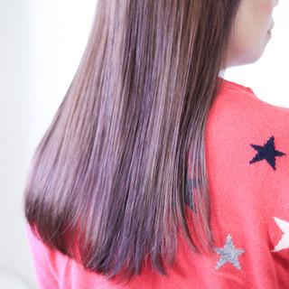 パープルカラー ツヤ髪 ナチュラル ツヤツヤ ヘアスタイルや髪型の写真・画像