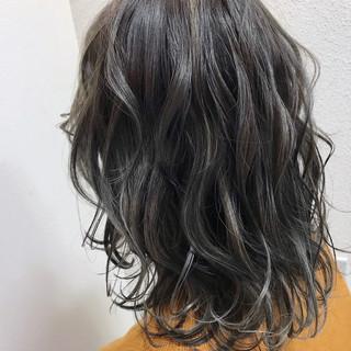 ストリート アッシュグレージュ ハイライト アンニュイほつれヘア ヘアスタイルや髪型の写真・画像