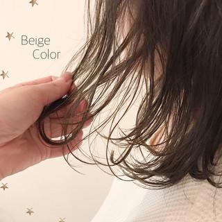 ベージュ ゆるナチュラル ゆる巻き ストリート ヘアスタイルや髪型の写真・画像