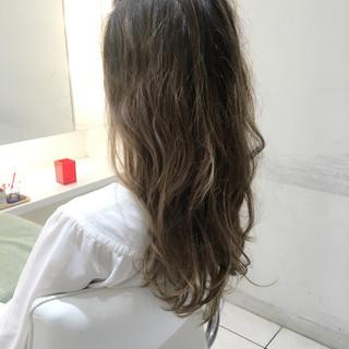 アッシュ ブリーチ ロング ナチュラル ヘアスタイルや髪型の写真・画像