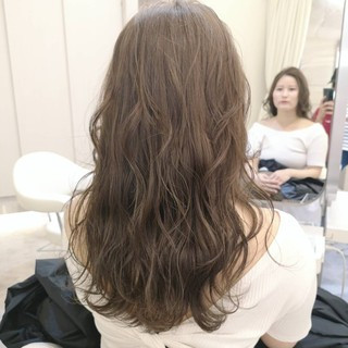 グレージュ ミルクティーベージュ ロング デート ヘアスタイルや髪型の写真・画像
