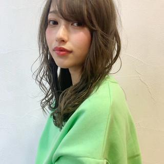 地毛ハイライト 透け感 モード ミディアム ヘアスタイルや髪型の写真・画像