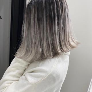 ホワイトグレージュ グラデーションカラー ホワイトカラー 切りっぱなしボブ ヘアスタイルや髪型の写真・画像