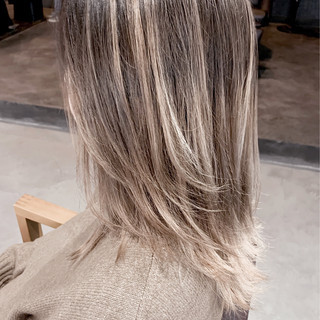 ナチュラル ホワイティベージュ ミディアム コントラストハイライト ヘアスタイルや髪型の写真・画像