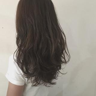 セミロング ウェットヘア ストリート グレージュ ヘアスタイルや髪型の写真・画像