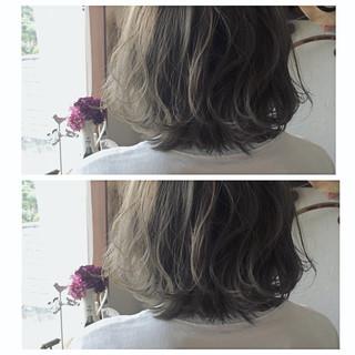 ミディアム グレージュ ブルーアッシュ ストリート ヘアスタイルや髪型の写真・画像