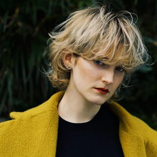ブロンドカラー ショート マッシュウルフ クリームブロンド ヘアスタイルや髪型の写真・画像