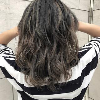 ウェーブ 外国人風 グレージュ ハイライト ヘアスタイルや髪型の写真・画像