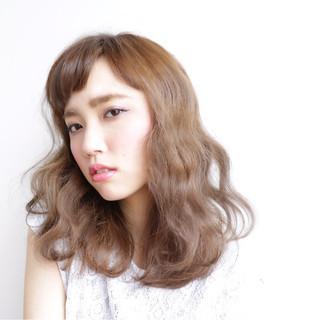セミロング 波ウェーブ 前髪あり 外国人風 ヘアスタイルや髪型の写真・画像