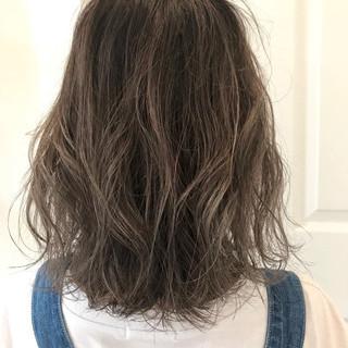 ミディアム グラデーションカラー グレージュ ハイライト ヘアスタイルや髪型の写真・画像