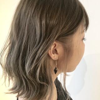グレージュ インナーカラー ショートボブ ブリーチ ヘアスタイルや髪型の写真・画像
