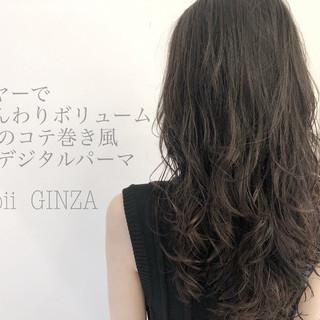 グレージュ コテ巻き風パーマ デジタルパーマ ナチュラル ヘアスタイルや髪型の写真・画像