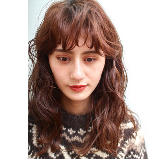 ミディアム 波ウェーブ 前髪 ナチュラル ヘアスタイルや髪型の写真・画像