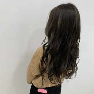 ナチュラル オリーブカラー ロング オリーブベージュ ヘアスタイルや髪型の写真・画像