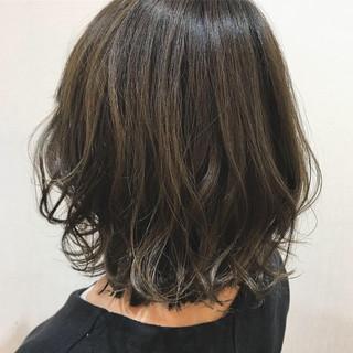 デート コテ巻き オリーブアッシュ カーキアッシュ ヘアスタイルや髪型の写真・画像