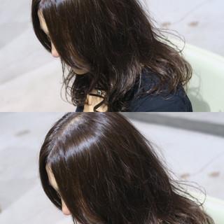 ナチュラル パーマ ミディアム アッシュ ヘアスタイルや髪型の写真・画像
