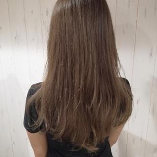 ロング 艶髪 アッシュベージュ ベージュ ヘアスタイルや髪型の写真・画像