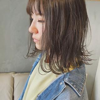 外ハネボブ ミディアム グレージュ 大人ハイライト ヘアスタイルや髪型の写真・画像