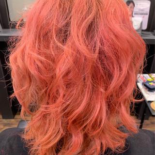 アウトドア ピンク ストリート ミディアム ヘアスタイルや髪型の写真・画像