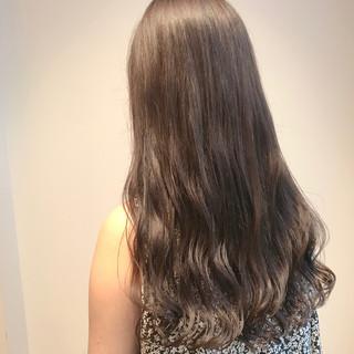 ミルクティーベージュ アッシュベージュ ロング ブリーチなし ヘアスタイルや髪型の写真・画像
