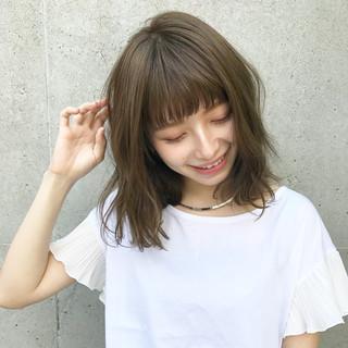 ミディアム カーキ ゆるふわ デート ヘアスタイルや髪型の写真・画像