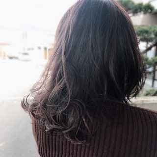 艶グレーベージュ アンニュイほつれヘア うる艶カラー ミディアムレイヤー ヘアスタイルや髪型の写真・画像