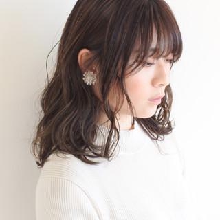 ミルクティーベージュ デザインカラー ベージュ フェミニン ヘアスタイルや髪型の写真・画像