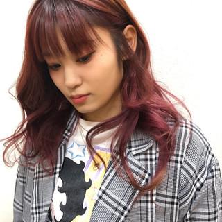 ストリート インナーカラー チェリーピンク セミロング ヘアスタイルや髪型の写真・画像