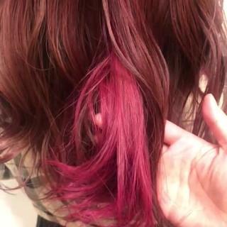 ブリーチなし ピンク ロング インナーカラーレッド ヘアスタイルや髪型の写真・画像