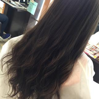 ウェーブ 外国人風カラー 暗髪 グレージュ ヘアスタイルや髪型の写真・画像