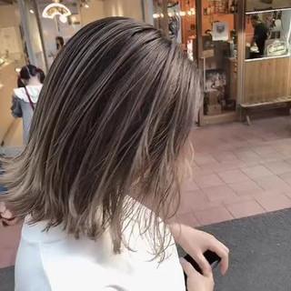 ミルクティーベージュ アッシュグレージュ ナチュラル ハイトーンカラー ヘアスタイルや髪型の写真・画像