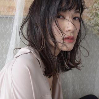 ミディアム アンニュイ リラックス ウェーブ ヘアスタイルや髪型の写真・画像