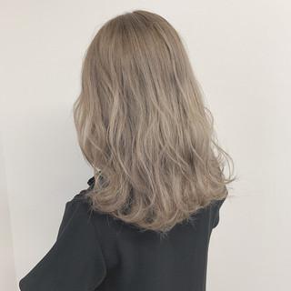 ブリーチ ホワイトグレージュ ナチュラル グレージュ ヘアスタイルや髪型の写真・画像