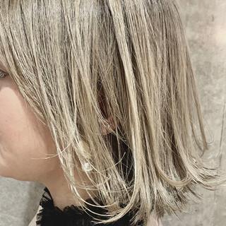 ホワイトグレージュ 外ハネ グレージュ バレイヤージュ ヘアスタイルや髪型の写真・画像