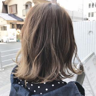 ウェーブ ダブルカラー ミディアム ラフ ヘアスタイルや髪型の写真・画像