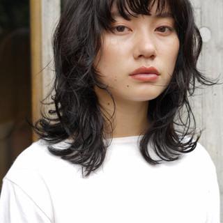 レイヤーカット パーマ 黒髪 ミディアム ヘアスタイルや髪型の写真・画像