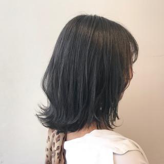 ミディアム 前下がりボブ ブルーブラック 切りっぱなしボブ ヘアスタイルや髪型の写真・画像
