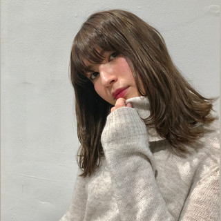 ミディアムレイヤー フェミニン ナチュラルブラウンカラー 可愛い ヘアスタイルや髪型の写真・画像